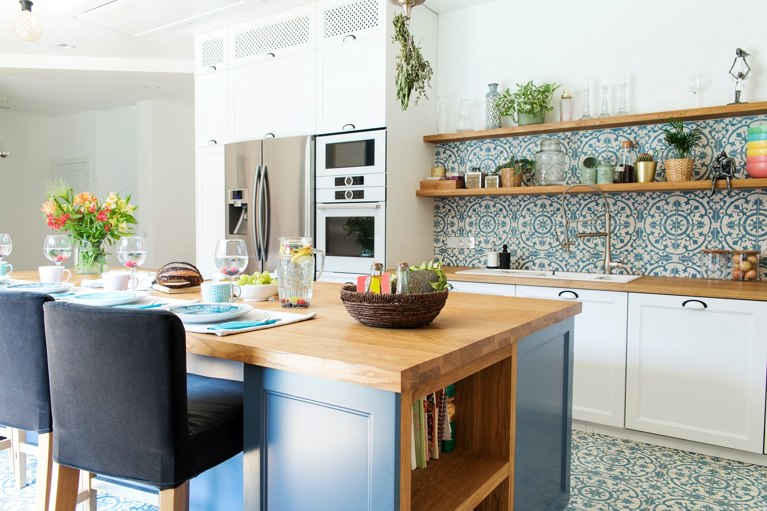 Bright summer kitchen design